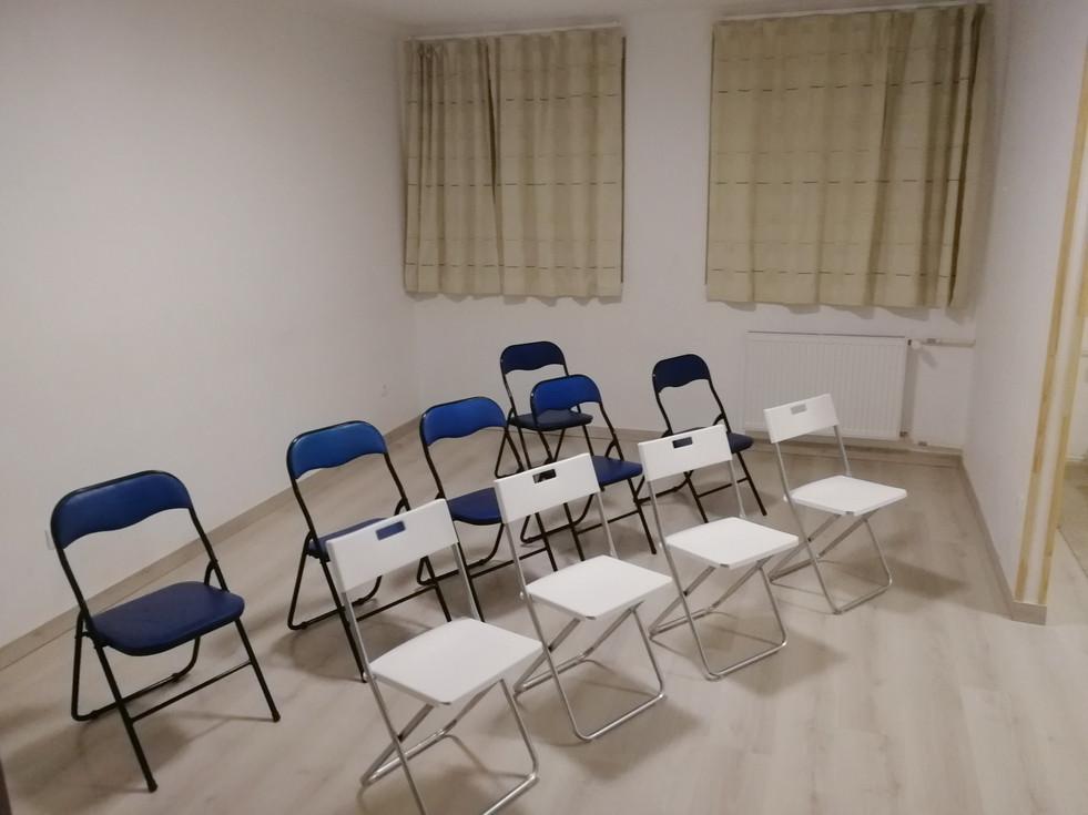 Nagyszoba: 28 m2.  //Nagycsoportos foglalkozásokra használt, kényelmes szőnyegekkel, 10+3 székkel