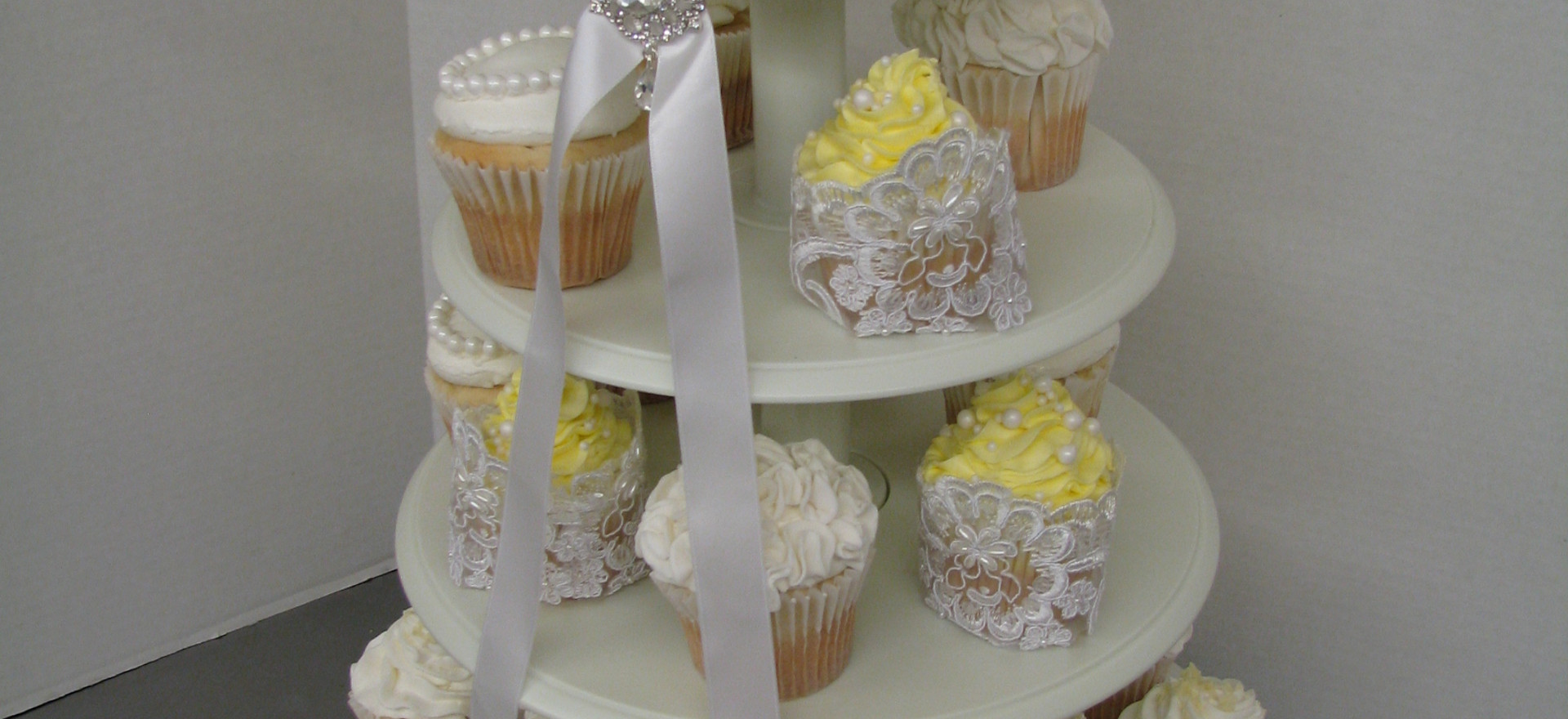 "6"" ruffle top tier and elegant cupcakes"