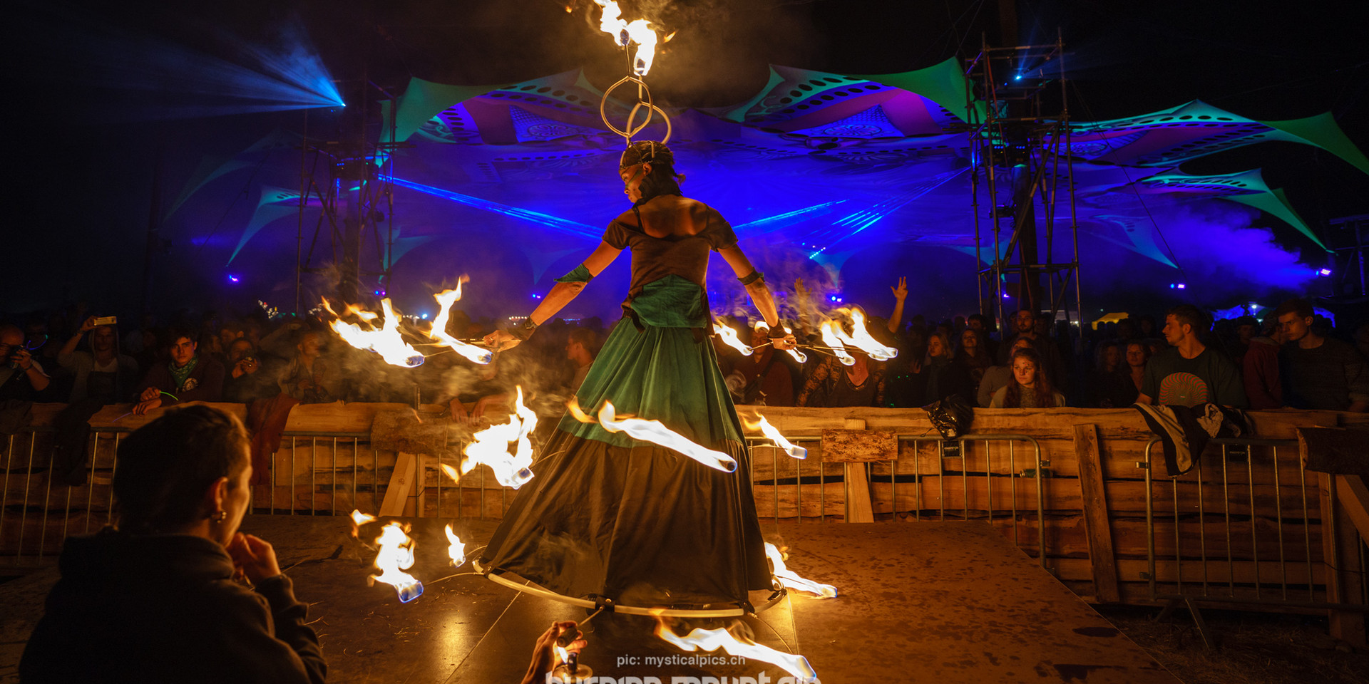 Fire performers, jugglers, painters and freaks with all kinds of talents present their amazing skills!