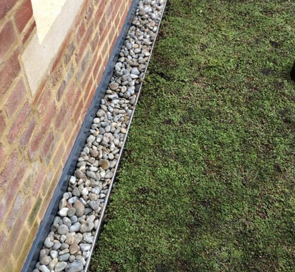 Pebble-drainage edged grass roof