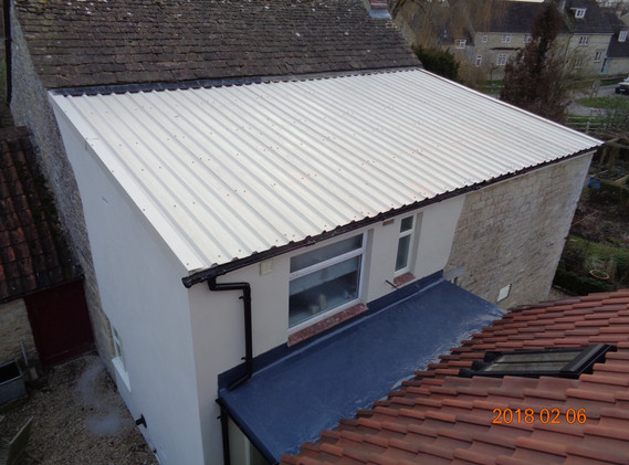 Metal sheet roof and single ply link in