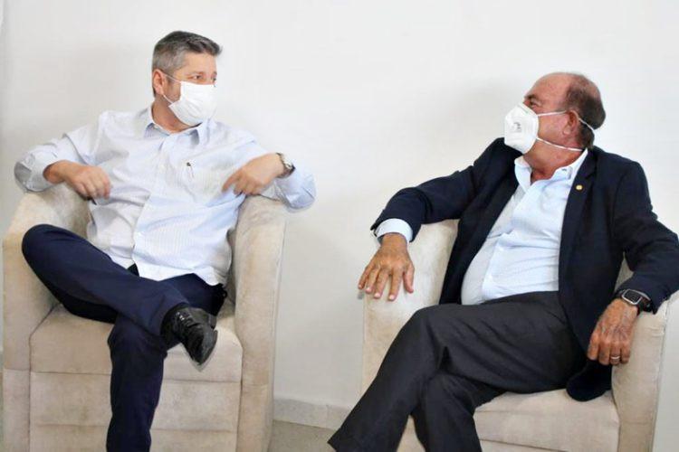 Presidente da APAE, Vander Lúcio Barbosa e o deputado Zacharias Calil conversam sobre os trabalhos e as demandas da instituição.