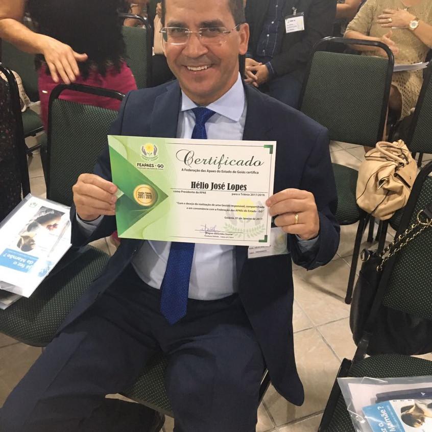 Dr. Hélio Lopes recebeu um certificado das mãos do presidente da FEAPAEs, Wagner Benevides e vice-presidente Neli Gaspar.
