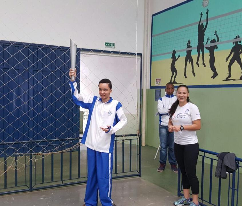 Aluno com a tocha olímpica
