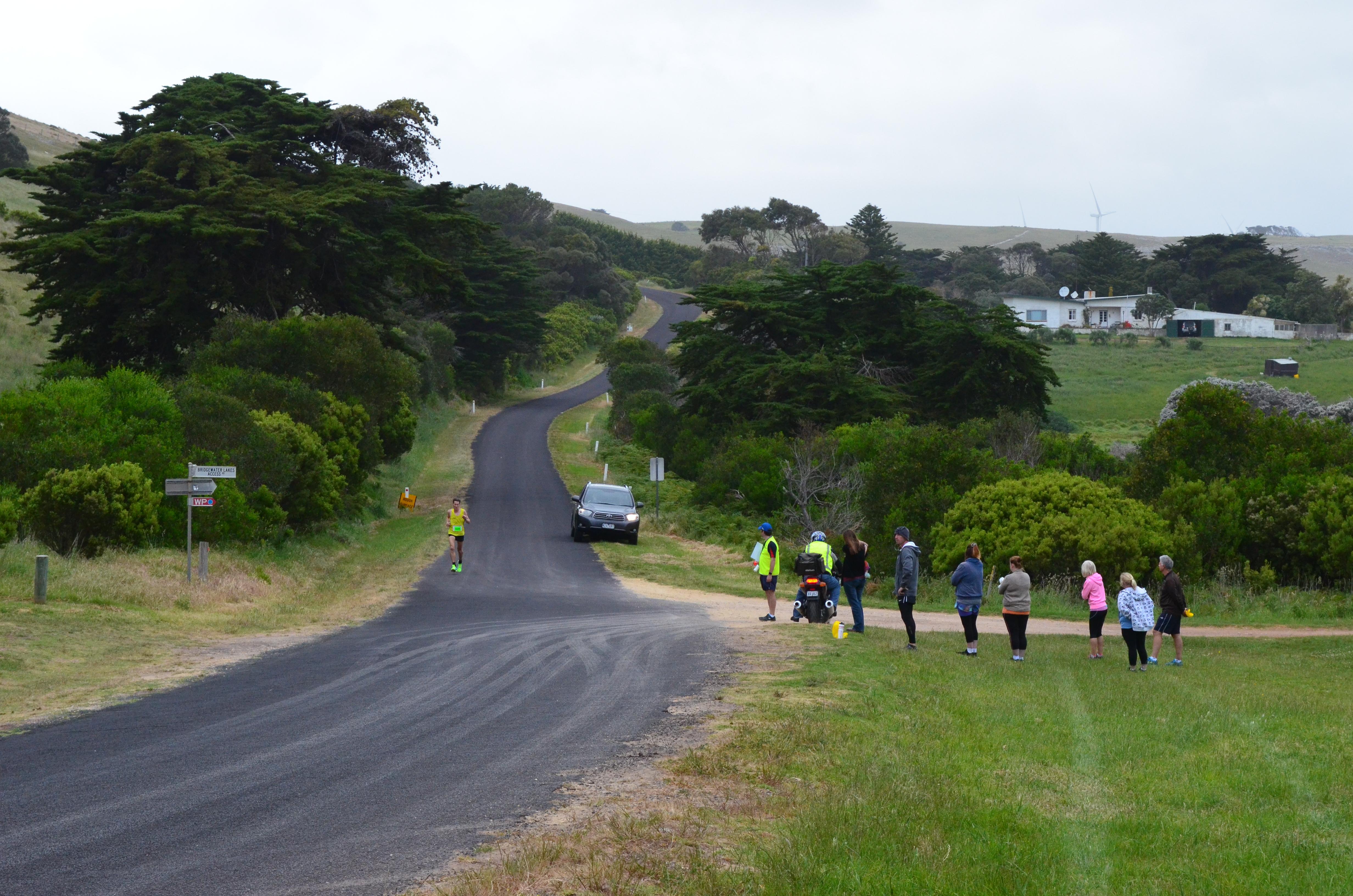 Marathon lead approaches The Shuffler.JPG
