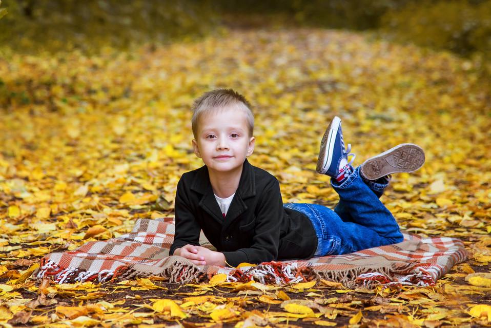 мальчик осенняя фотосессия