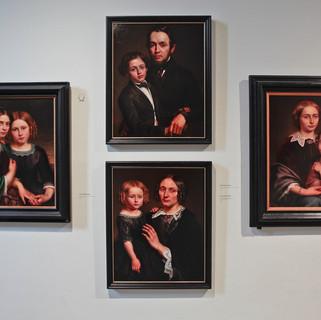 Zaalzicht met 4 portretten van de familie Van Diest