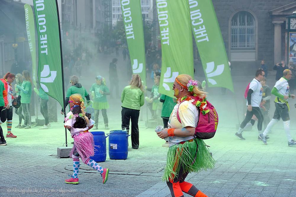 """Der 5-km-Farbenmarathon """"Color Run"""", stammt aus den USA, wo im Jahr 2012 der US-Amerikaner Travis Snyder zum ersten Mal Hobbyläufer und Profis auf der Piste vereinte. Die Idee ging um die Welt und heute nehmen tausende an dem Familienfest teil.  Die Läufer (Gehen ist ebenfalls erlaubt) in weißen T-Shirts werden bei dem Spektakel aus dem Publikum mit Farben beworfen."""