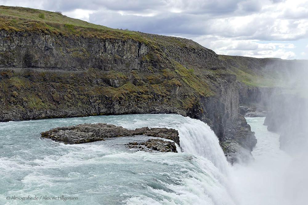 """Der Canyon wurde vor tausenden von Jahren in der Eiszeit geformt. Der Wasserfall """"Gullfoss"""" gehört zu den größten Wasserfällen Eurpoas. Seine atemberaubenden Wassermassen stürzen rund 70 m in die tiefe Schlucht hinein. Wer sich mit Kamerausrüstung in die Nähe wagt, sollte diese vor dem Sprühregen gut schützen."""