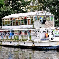 Theater-Schiff auf der Spree
