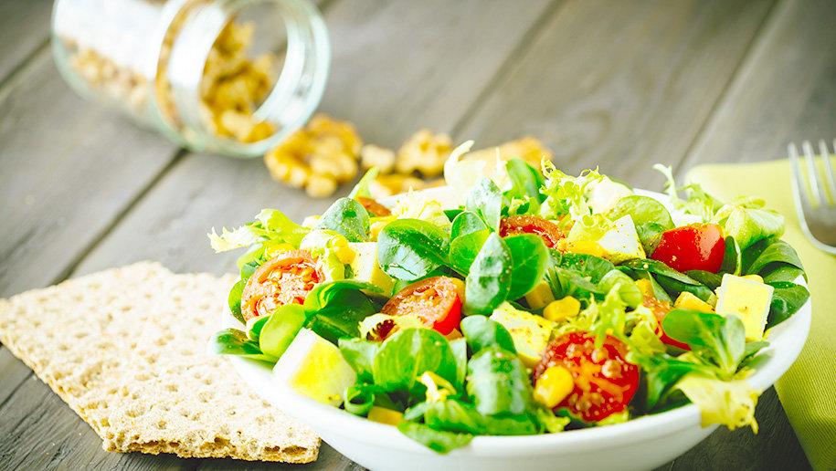 Салат из авокадо, томатов, сыра и грецких орехов