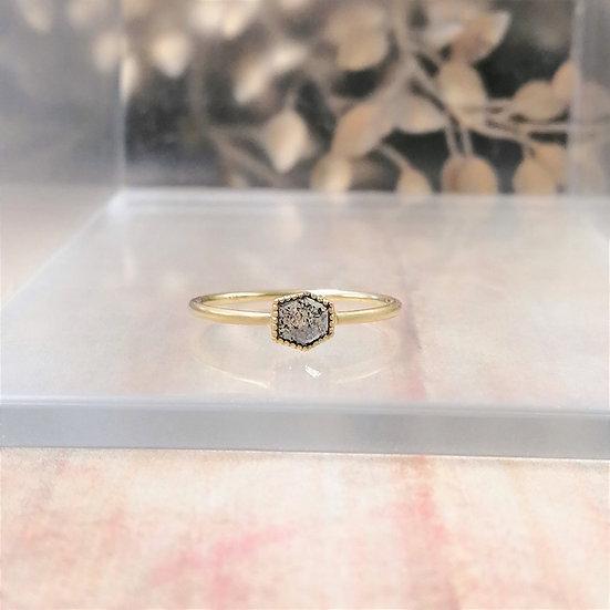 K18YG ソルトアンドペッパーダイヤモンド ヘキサゴンカット 六角形 一粒リング #11