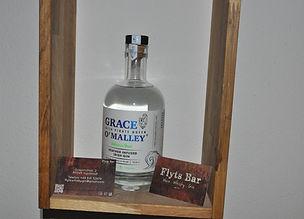 Der Grace O'Malley Heather Infused Irish Gin ist ein aromatischer, klassischer Dry Gin, dem Irisches Heidekraut seine unverwechselbare fruchtige Note gibt. Für seine Herstellung wurden die besten und leckersten Botanicals der Westküste Irlands ausgewählt. Die Botanicals werden aufwendig einzeln destilliert und gemischt, wie es Parfümeure tun. Durch die Destillation mit niedrigen Temperaturen in einer unter Vakuum stehenden Pot Still kann die ganze Frische der einzelnen Botanicals erhalten werden. Somit bringt jeder Schluck dieses charakterstarken Gins einen Hauch der Atlantikküste Irlands zu uns. Mit einer einzigartigen Mischung aus fruchtig und floral, sowie dem leicht süßen Charakter und einem aromatischen und doch klassischen Geschmack, der das ganze abrundet, trifft dieser Gin fast jeden Geschmack.  Botanicals: irisches Heidekraut, wilder Thymian, Rotklee, Schwarzdorn, wilde Blaubeeren und Steinsamphir