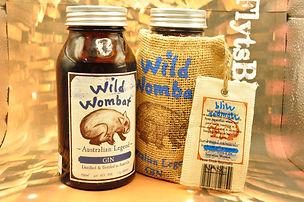 Wild Wombat Australian Legend Gin mit 0,7 Liter und 42 % Vol.  Der Wild Wombat Australian Legend Gin ist ein hervorragender Gin mit facettenreichen Aromen, der von dem australischen Spirituosenunternehmen NASC International gelauncht wurde. Der leckere und besonders sanfte Gin aus dem australischen Outback wird aus edlem Weizen destilliert und mit frischem Quellwasser auf Trinkstärke herabgesetzt, bevor er mit 11 erlesenen Botanicals verfeinert wird. Der milde, aber charakterstarke Gin mit der frischen Zitrusnote, dem keine künstlichen Zusatzstoffe zugesetzt werden, ist ein Must-Have für Gin-Fans, der sowohl pur, mit Tonic Water oder in Drinks genossen werden kann. Der Wild Wombat Australian Legend Gin besitzt einen Alkoholgehalt von 42 Prozent und kommt in einer 0,7 l-Flasche in einem Stoffsäckchen.