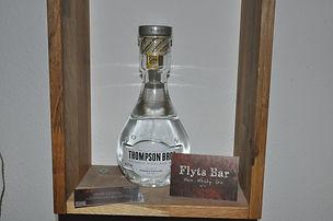 Der Gin der Thompson Bros.  von der Dornoch Distillery in den Highlands (Schottland) hat seine ganz eigene Art. Die Macher des Gins gründeten 2016 mit Hilfe eines Crowdfunding Projekts die Dornoch Distillery, mit dem Hintergedanken Whisky herzustellen. Um die Zeit bis zu den ersten Abfüllungen in dem Bereich zu überbrücken und um sich ein wenig auszuprobieren fingen Sie erst mal mit Gin an. Und das auch mit Erfolg wie der Gin im Glas zeigt.  Durch die Verwendung von Wacholderbeeren, Angelika Wurzel, Kardamomsamen, Anis, Orangenschale, Zitronenschale, Koriandersamen, Mädesüß, Holunderblüten, schwarze Pfefferkörner, gefriergetrocknete Himbeeren und Kiefernnadeln erhält der Gin seine großartigen würzigen und Süßen Aromen. Das Besondere an dem Gin ist, dass er zu 90% aus einem auf Weizenbasis hergestelltem Ausgangsalkohol besteht und mit 10% New Make aus gemälzter Gerste aus der Hauseigenen Whisky Produktion hergestellt wird. Diese 10 % geben dem Gin noch ein paar schöne Röstnoten. Hervorragender Gin für einen etwas würziger Gin Tonic.