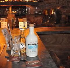 Gin Sul ist ein Erzeugnis der Altonaer Spirituosen Manufaktur. Dabei handelt es sich um ein Hamburger Unternehmen, das im Jahr 2013 gegründet wurde. Der Betreiber der Manufaktur, Dona Alices, wollte einen vollmundigen Gin entwickeln, der in seinem Geschmack und Duft an eine südliche Meeresbrise erinnert. Neben frischen Zitronenschalen, Rosmarin, Piment und Lavendel sorgt vor allem die verwendete Zistrose für einen gelungenen mediterranen Geschmack. Der Geschäftsführer kündigte seinen Job, gab eine von Hand gefertigte Destillieranlage in Auftrag und begann schon nach wenigen Monaten mit der Umsetzung seiner Pläne. Mit einem Alkoholgehalt von 43 Prozent kann der aromatische Gin in Kombination mit Tonic Water sowie pur genossen werden. Holen auch Sie sich das südliche Geschmackserlebnis des Gin Sul
