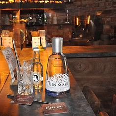 Der Gin Mare zeichnet sich durch folgende 4 Botanicals aus: Thymian aus der Türkei, Rosmarin aus Griechenland, Basilikum aus Italien und grüne Arbequina-Oliven aus Spanien. Eine 36-stündige Mazeration dieser Zutaten in Alkohol und dessen anschliessende Redestillation im traditionellen Pot-Still-Verfahren sind ausschlaggebend für das Aroma des Gin Mare. Allerdings enthält die Spirituose auch die gin-typischen Botanicals Wacholder, Kardamom und Zitrus.