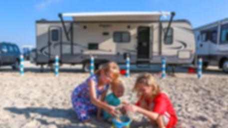 קמפינג בים עם קרוונים - טיול משפחות