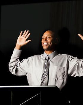 Haut-parleur avec les mains levées