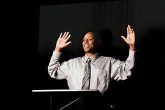 Speaker com as mãos levantadas
