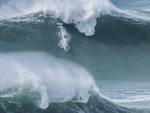 Nazaré_Big wave surfer