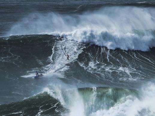 Nazaré_Big wave surfing
