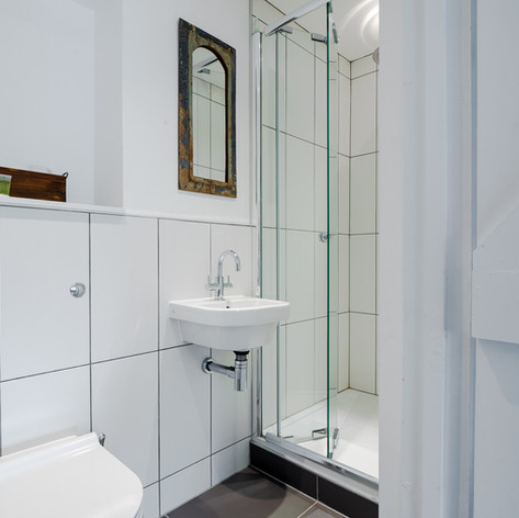 Horne's Place Oast - Bedroom 6 en suite.