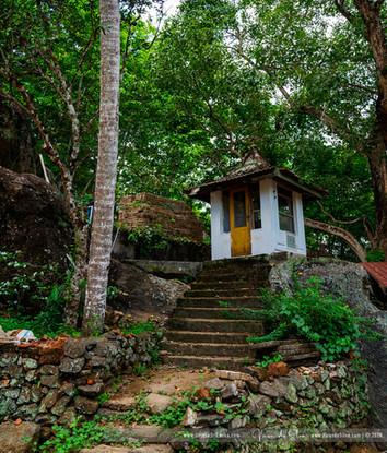 hollombuwa_sthreepura_cave_temple_01jpg