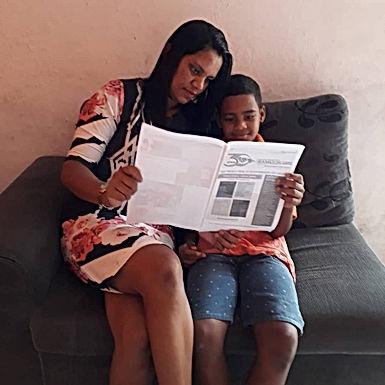 Crianças que leem em casa chegam à escola com um vocabulário mais robusto, são mais sociáveis e cria