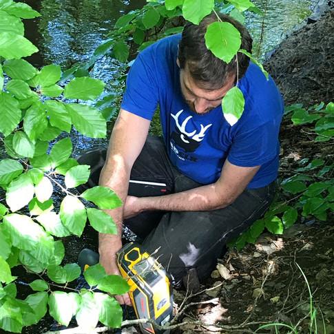 CEO, David Minchin undersöker dictyonemaformationen i bäcken vid Flagabro