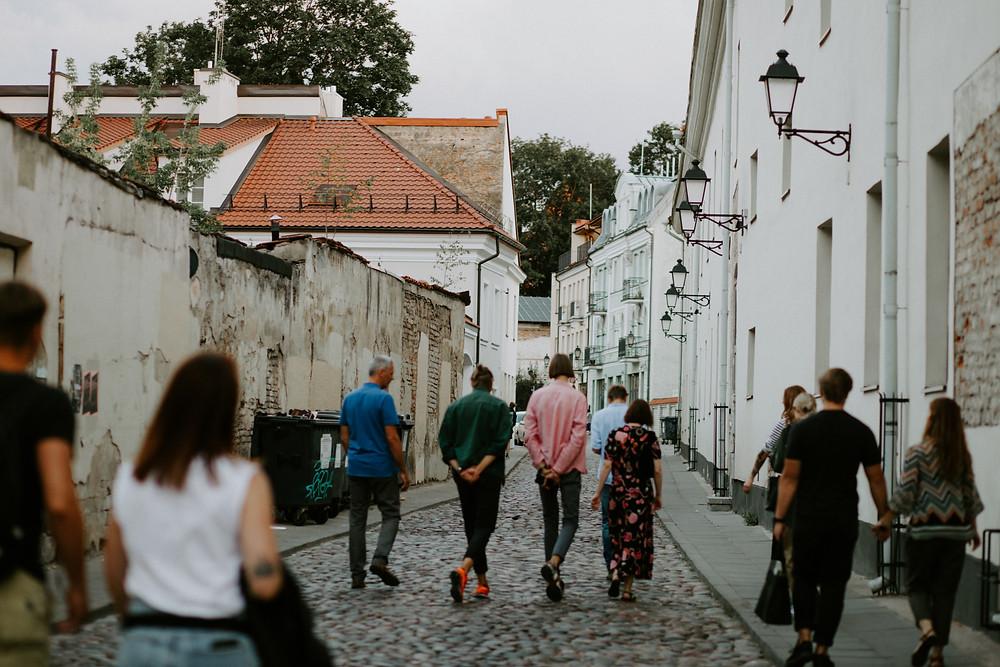 Ekskursijų gidas veda naujus gidus po Vilniaus senamiestį.