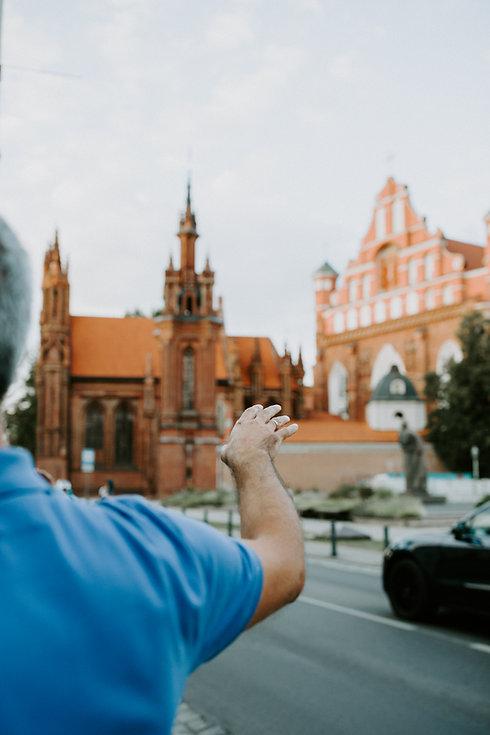 Gidas veda ekskursiją. Onos bažnyčia, Vilniaus senamiestis, UNESCO paveldas.
