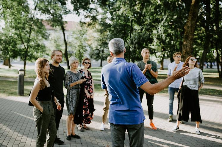 gidas veda ekskursija grupei gidų kursuose.