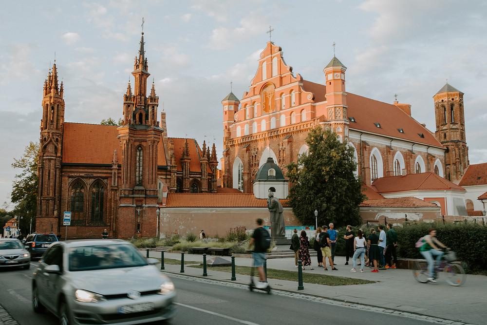 Gidas veda ekskursiją po Vilniaus senamiestį. Gidų kursai. Onos bažnyčia.