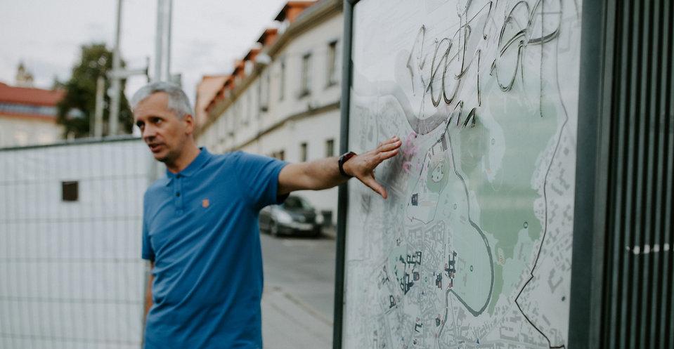 Gidas Marius Bernatonis veda ekskursiją po Vilniaus senamiestį.