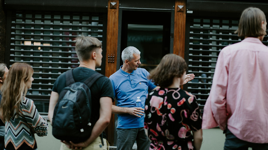 Gidų kursai, kelionių gidas veda ekskursiją po Vilniaus senamiestį. Gidų kvalifikacijos kėlimo kursai.
