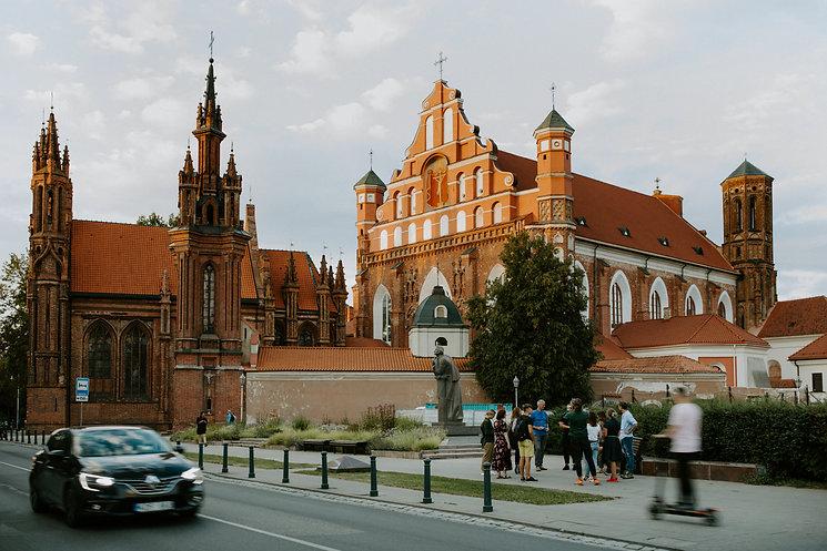 Ekskursija su gidu. Onos bažnyčia, Vilniaus senamiestis, Unesco, senamiesčio gatvė. Gidas veda ekskursiją