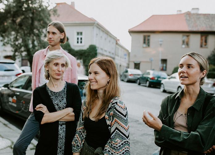 Moterys dalyvauja ekskursijoje. Gidų mokymai. Kvalifikacijos kursai