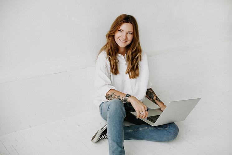 moteris naudojasi kompiuteriu. Gidų kursai