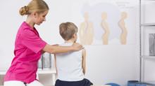 """Aumento de pacientes com escoliose: """"Fique mais alerta na coluna dos adolescentes"""""""