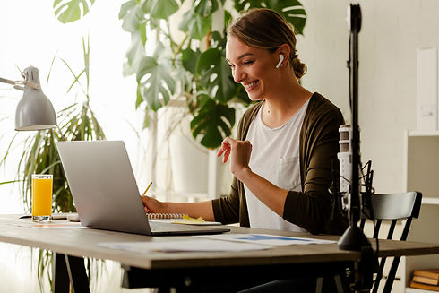 businesswoman-working-on-laptop-at-home-office-wom-X9XVUTW.JPG