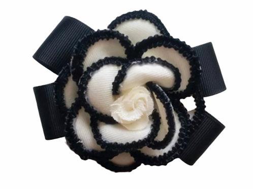 La petite surprise Couture Brosche Camelia Schwarz-Creme