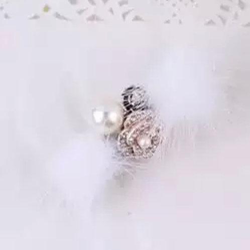 La petite surprise Couture Haarspange mit Fell Weiß