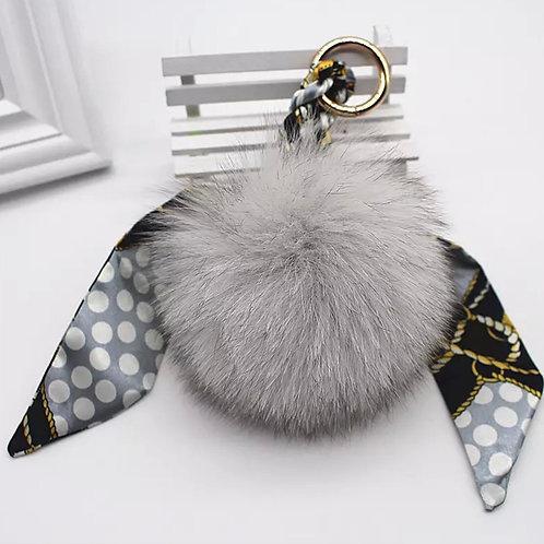 La petite surprise Couture Anhänger Fellbommel mit Twilly Grau