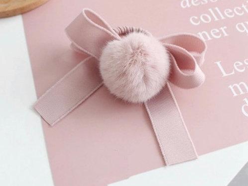 La petite surprise Couture Haargummi mit Pompom & Schleife Hellrosa