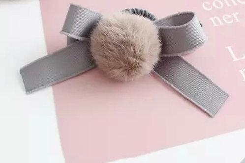 La petite surprise Couture Haargummi mit Pompom & Schleife Grau
