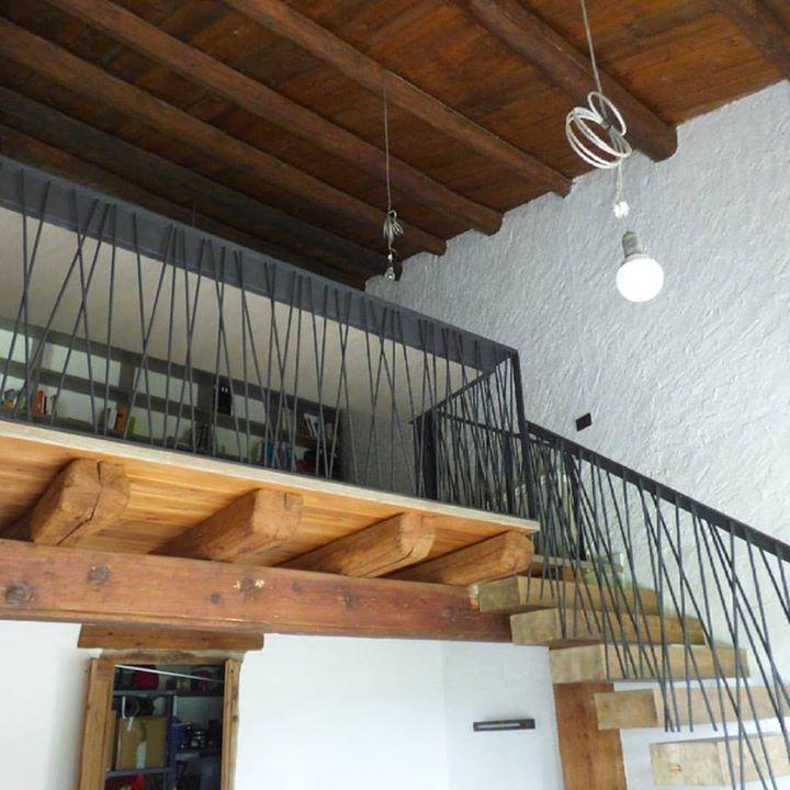 #barana amb #escriptori #integrat i barana d'#escala #sospesa amb #porta #antibaby_#ferrocalent #fer