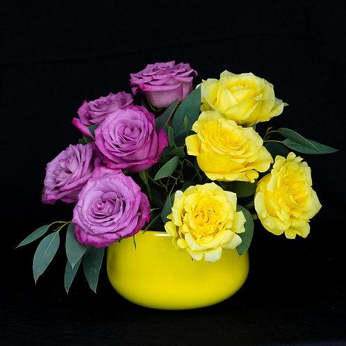 Aranjamente flori - trandafiri galbeni si mov
