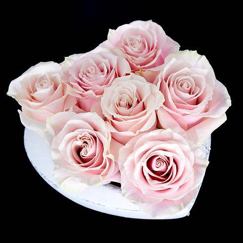 Aranjament flori - trandafiri roz in vas din piatra forma de inima