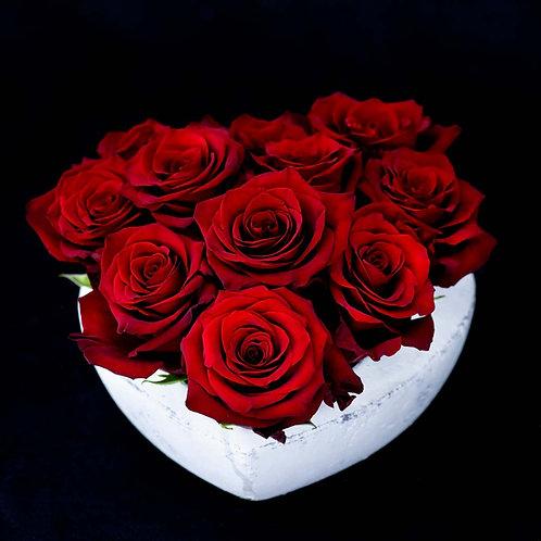 Aranjament flori- trandafiri rosii in vas din piatra in forma de inima